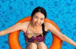 Mädchen, das am Swimmingpool genießt stockbilder