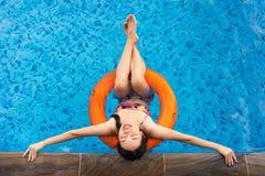 Mädchen, das am Swimmingpool genießt lizenzfreie stockfotos