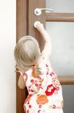 Mädchen, das Tür sperrt Lizenzfreies Stockfoto