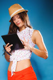 Mädchen, das Tablet-Computer eBook Leser verwendet Stockfotografie