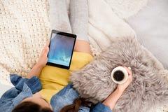 Mädchen, das Tablette für blogging verwendet Lizenzfreies Stockfoto