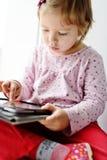 Mädchen, das Tablette PC verwendet Lizenzfreie Stockbilder