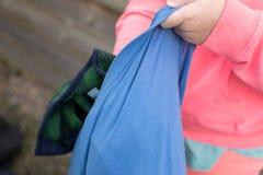 Mädchen, das Tasche mit Kleidung anfüllt lizenzfreie stockbilder