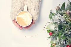Mädchen, das Tasse Kaffee mit Lattekunst hält leasure Zeitkonzept Lizenzfreies Stockfoto