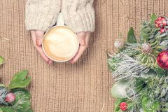 Mädchen, das Tasse Kaffee mit Lattekunst hält leasure Zeitkonzept Stockbilder
