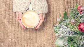 Mädchen, das Tasse Kaffee mit Lattekunst hält leasure Zeitkonzept Lizenzfreies Stockbild