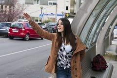 Mädchen, das Taxi ruft Stockbild