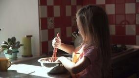 Mädchen, das Teig in der Schüssel zubereitet stock video