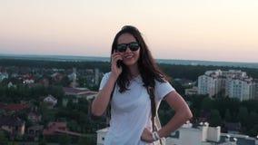 Mädchen, das am Telefon auf dem Dach spricht stock video