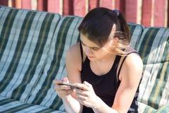 Mädchen, das Telefon betrachtet Stockfotos