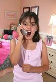 Mädchen, das am Telefon kreischt Stockfotografie
