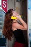 Mädchen, das am Telefon plaudert Lizenzfreie Stockfotos