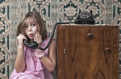 Retro Mädchen-Telefon-Anruf Lizenzfreie Stockbilder