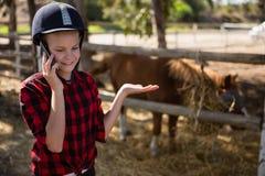 Mädchen, das am Telefon spricht stockfotos
