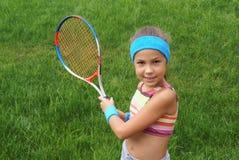 Mädchen, das Tennis spielt Stockbild