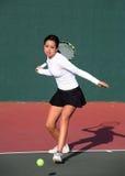 Mädchen, das Tennis spielt stockfotos