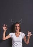 Mädchen, das Teufel zeigt lizenzfreie stockbilder