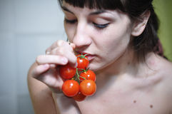Mädchen, das Tomate isst Stockfotos