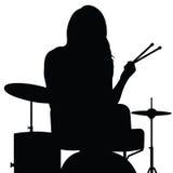 Mädchen, das Trommelschattenbild in der schwarzen Illustration spielt Lizenzfreie Stockfotografie