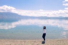 Mädchen, das um Bank von Lugu See, Lijiang, China geht Lizenzfreies Stockbild