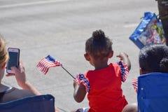 Mädchen, das Unabhängigkeitstag an einer Parade feiert lizenzfreies stockfoto