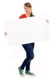 Mädchen, das unbelegtes Plakat anhält Stockfotografie