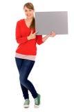 Mädchen, das unbelegtes Plakat anhält Lizenzfreies Stockfoto