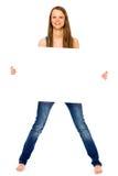 Mädchen, das unbelegtes Plakat anhält Lizenzfreie Stockfotos