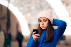 Mädchen, das ungeeignete Textnachrichten auf Weihnachtszeit empfängt stockbilder