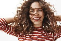 Mädchen, das unglaublich sich fühlt, gefallend mit neuem Make-up und Frisur, lächeln froh und starren die Kamera an und halten lizenzfreie stockfotografie