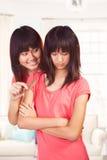 Mädchen, das uns ihre Schwester zujubelt Lizenzfreie Stockfotos