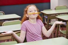 Mädchen, das Unsinn in der Schule tut lizenzfreie stockfotos