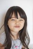 Mädchen, das Vanillepuddingkuchen isst Lizenzfreies Stockfoto