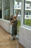 Mädchen, das versucht, die Tür zu öffnen Lizenzfreies Stockfoto