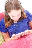 Mädchen, das Videospiel spielt Stockfotografie