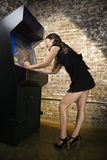 Mädchen, das Videospiel spielt Lizenzfreies Stockfoto