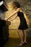 Mädchen, das Videospiel spielt   Stockbilder