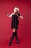 Mädchen, das Violine im Studiolächeln spielt Lizenzfreie Stockfotografie