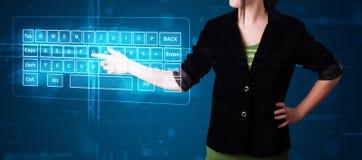 Mädchen, das virtuelle Art der Tastatur bedrängt Stockfotografie