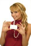 Mädchen, das Visitenkarte zeigt Stockfoto
