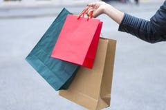 Mädchen, das vom Einkaufen zurückkommt Lizenzfreie Stockfotografie
