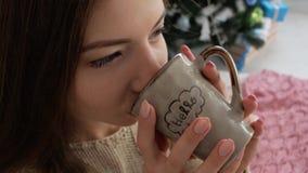 Mädchen, das von einem Cup trinkt stock footage