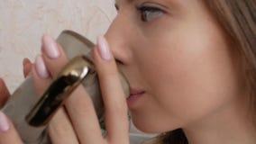 Mädchen, das von einem Cup trinkt stock video footage