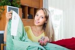 Mädchen, das Vorhänge für Innenraum wählt Lizenzfreie Stockfotos