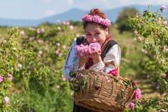 Mädchen, das während des Rosen-Sammelnfestivals in Bulgarien aufwirft Stockbilder