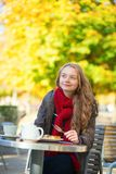Mädchen, das Waffeln in einem Pariser Café isst Lizenzfreie Stockfotos