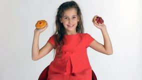 Mädchen, das Wahl zwei Kuchen macht stock video footage