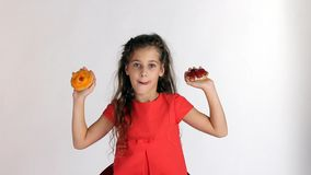 Mädchen, das Wahl zwei Kuchen macht stock video