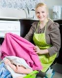 Mädchen, das Waschmaschine verwendet Lizenzfreie Stockbilder
