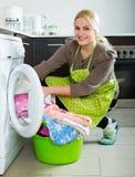 Mädchen, das Waschmaschine verwendet Lizenzfreie Stockfotografie